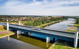 MS Belvedere auf der Trogbrücke / Wasserstraßenkreuz Magdeburg