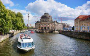 MS Belvedere auf Fahrt durch die Berliner Innenstadt